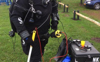Signi duikers duiken met magnetometer